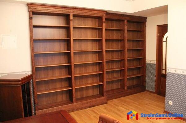 На фото: книжный шкаф из массива дерева