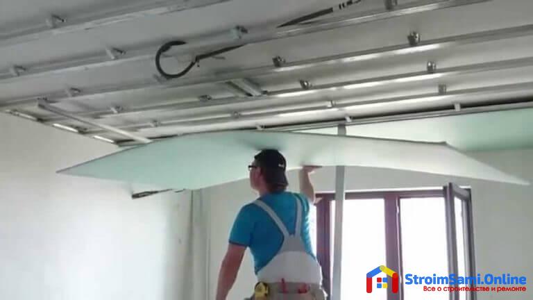 На фото: монтаж гипсокартона на потолок