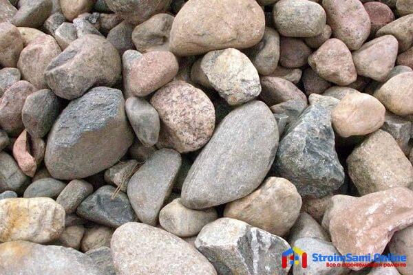 На фото: природный камень валун