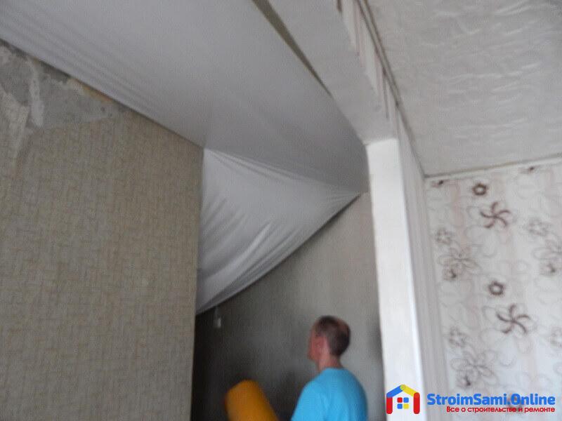 На фото: монтаж натяжных потолков в проходе