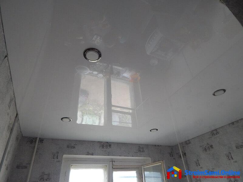 На фото: монтаж натяжных потолков на кухне