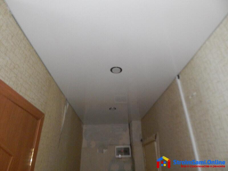 На фото: натяжной потолок в прихожей