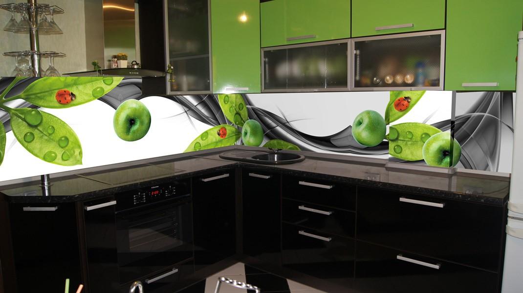 """На фото: угловая кухня с фартуком """"Яблоки"""""""