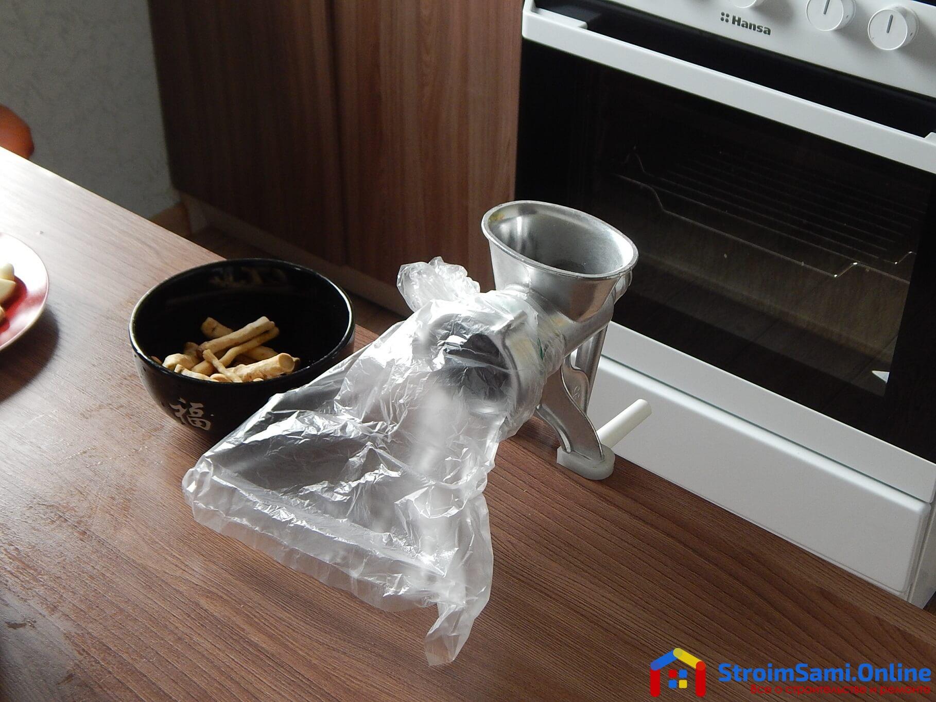 На фото: переработка хрена для приготовления хреновины