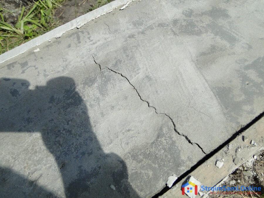 Трещины на бетонной дорожке