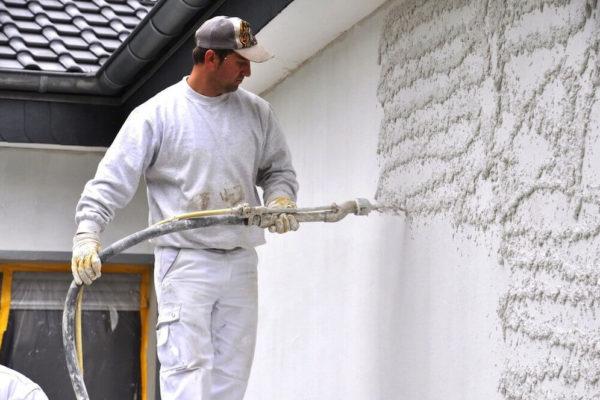 На фото: механизированный способ штукатурки стен