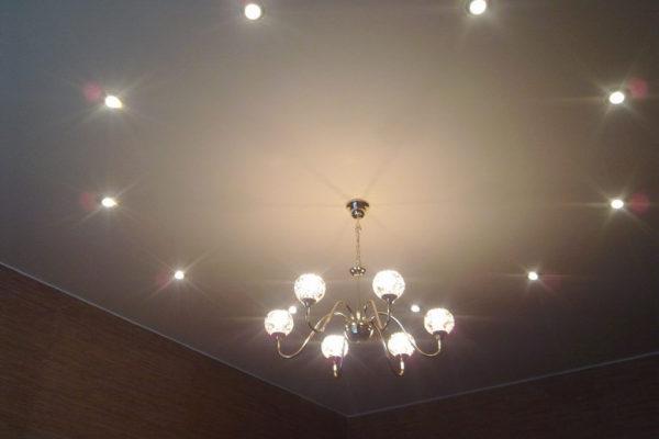 Люстра и точечные светильники на натяжном потолке