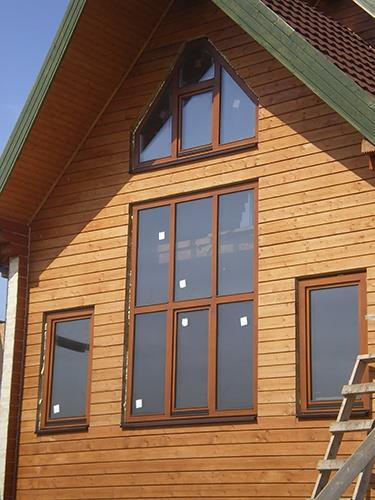 На фото: большие деревянные окна из дуба