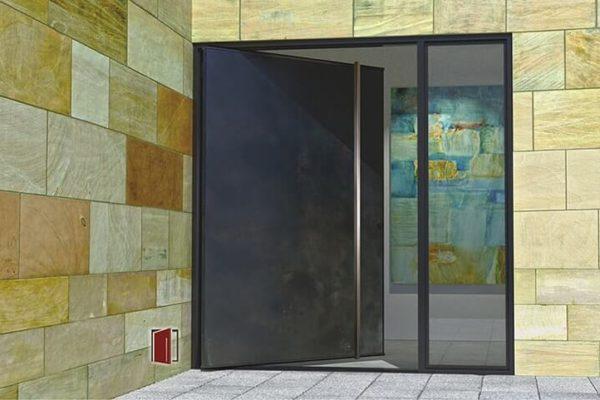 На фото: входные двери