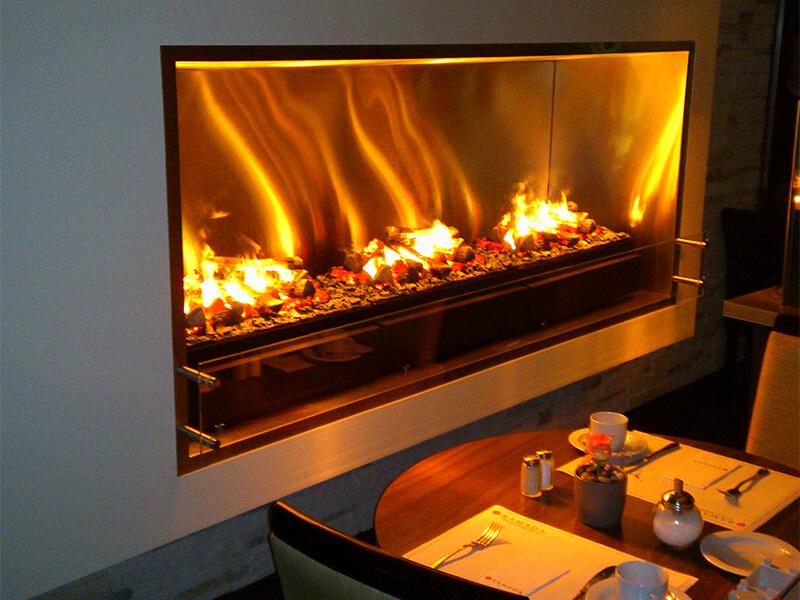 На фото: электрокамин с 3D эффектом живого огня
