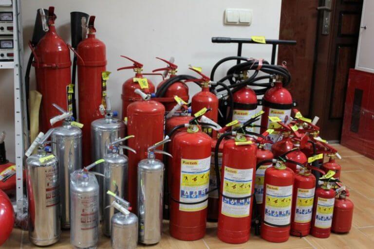На фото: виды огнетушителей
