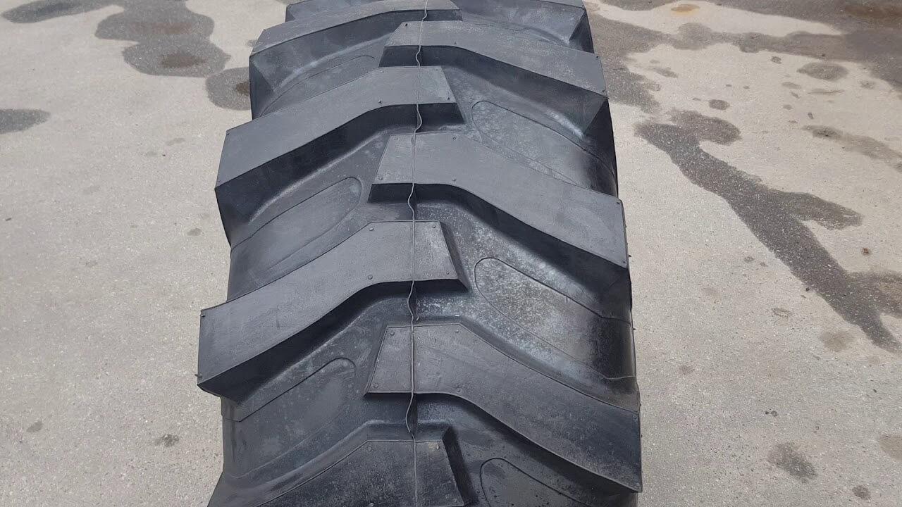 На фото: шина для спецтехники