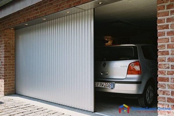 На фото: раздвижные ворота для гаража