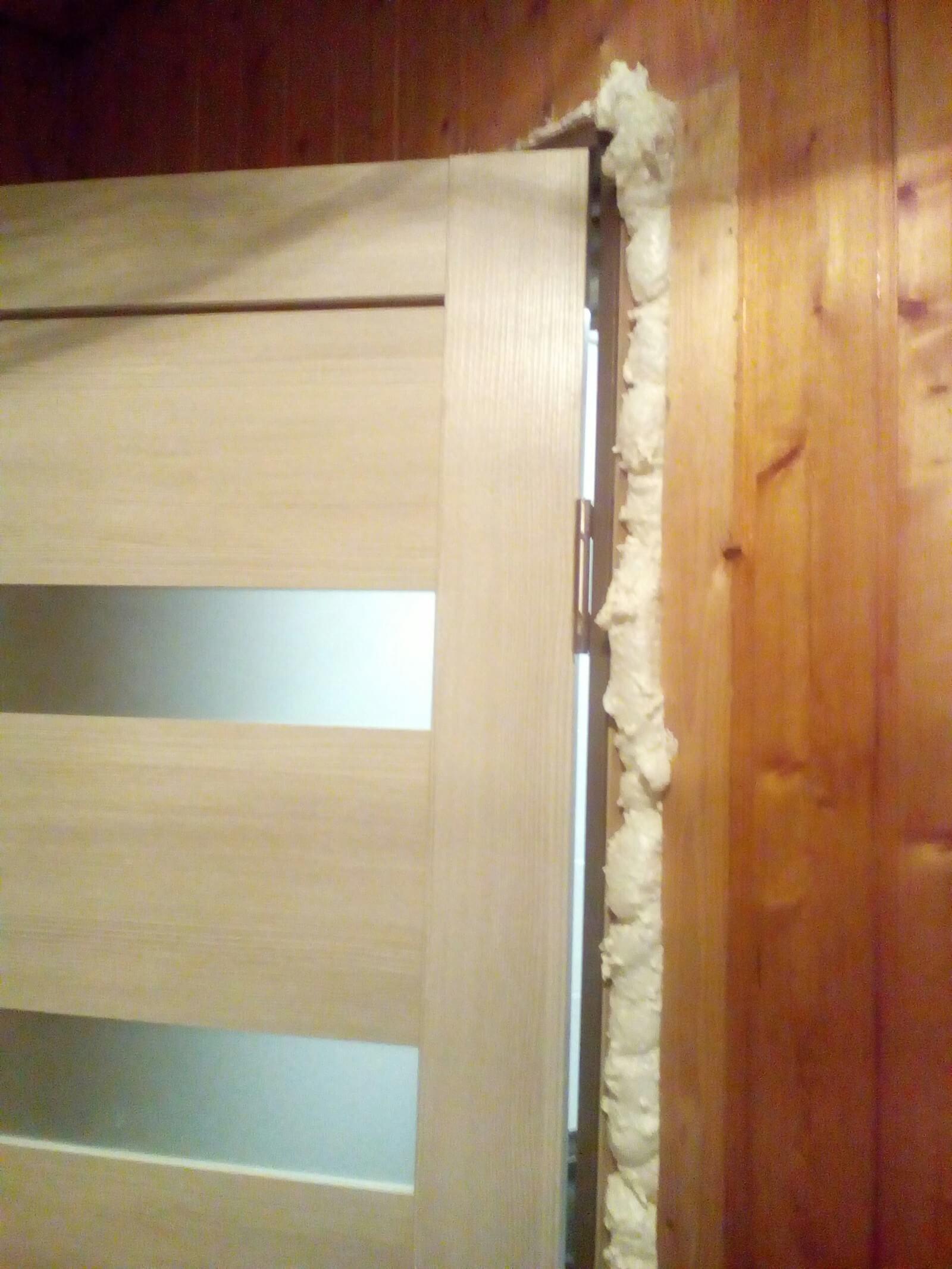 На фото: установка межкомнатных дверей