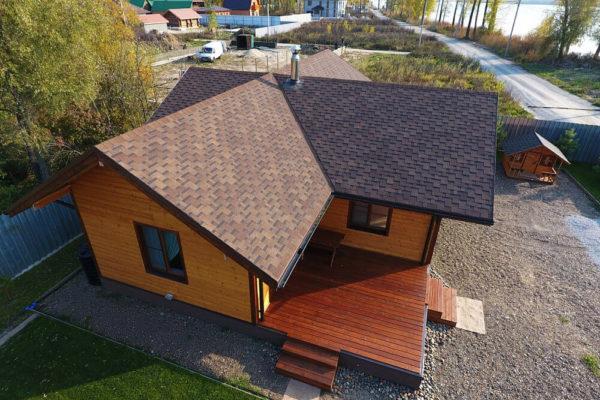 На фото: крыша дома из гибкой черепицы