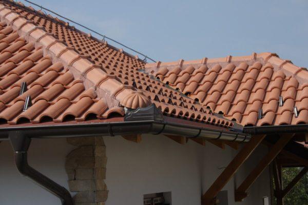 На фото: крыша дома из керамической черепицы