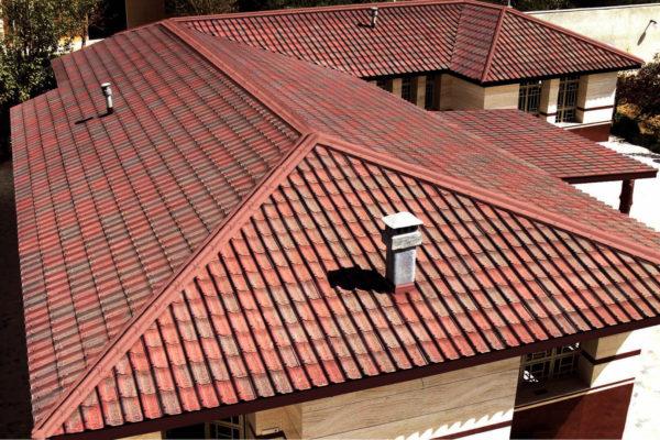 На фото: крыша дома из ондулина