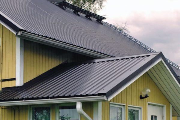 На фото: крыша дома из кровельного профнастила