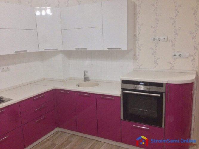 На фото: акриловая кухня и духовой шкаф