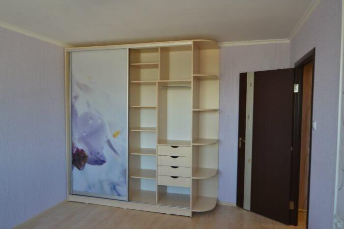 На фото: шкаф-купе с радиусным углом