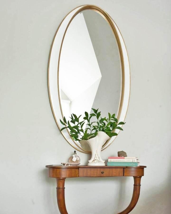На фото: зеркало в интерьере комнаты