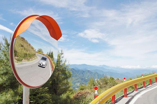 Обзорные сферические зеркала на дорогах