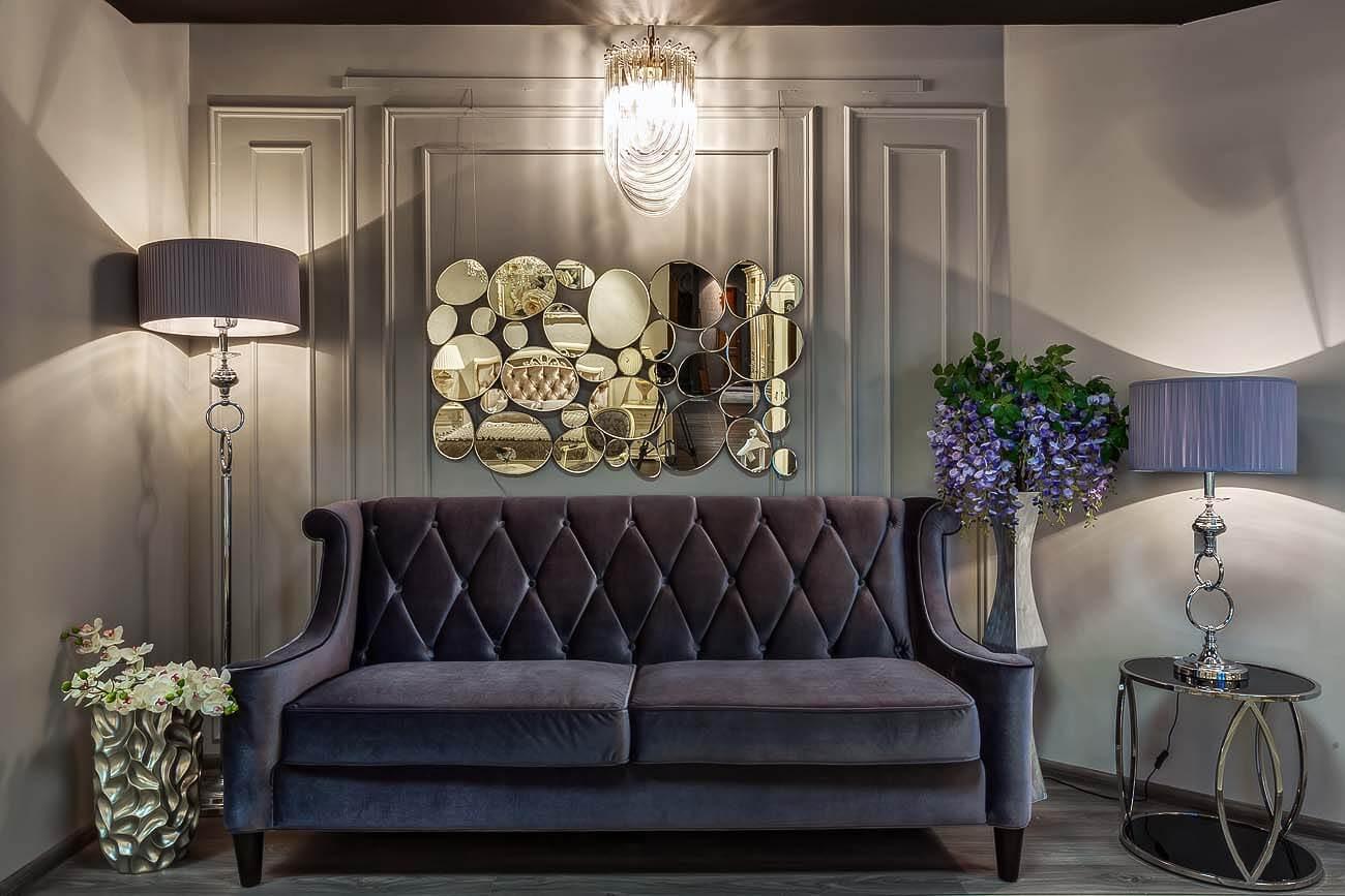 На фото: декоративные зеркала в интерьере комнаты