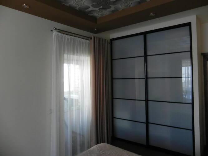 На фото: встроенный шкаф-купе с закрытыми дверями