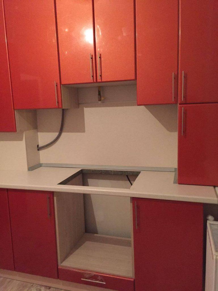 На фото: кухонный гарнитур для маленькой кухни