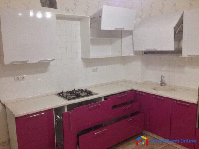На фото: акриловая кухня с открытыми выдвижными ящиками