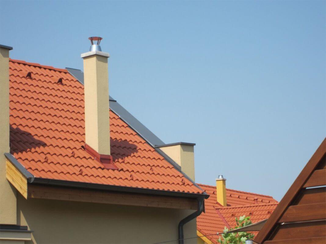 На фото: керамический дымоход для загородного дома