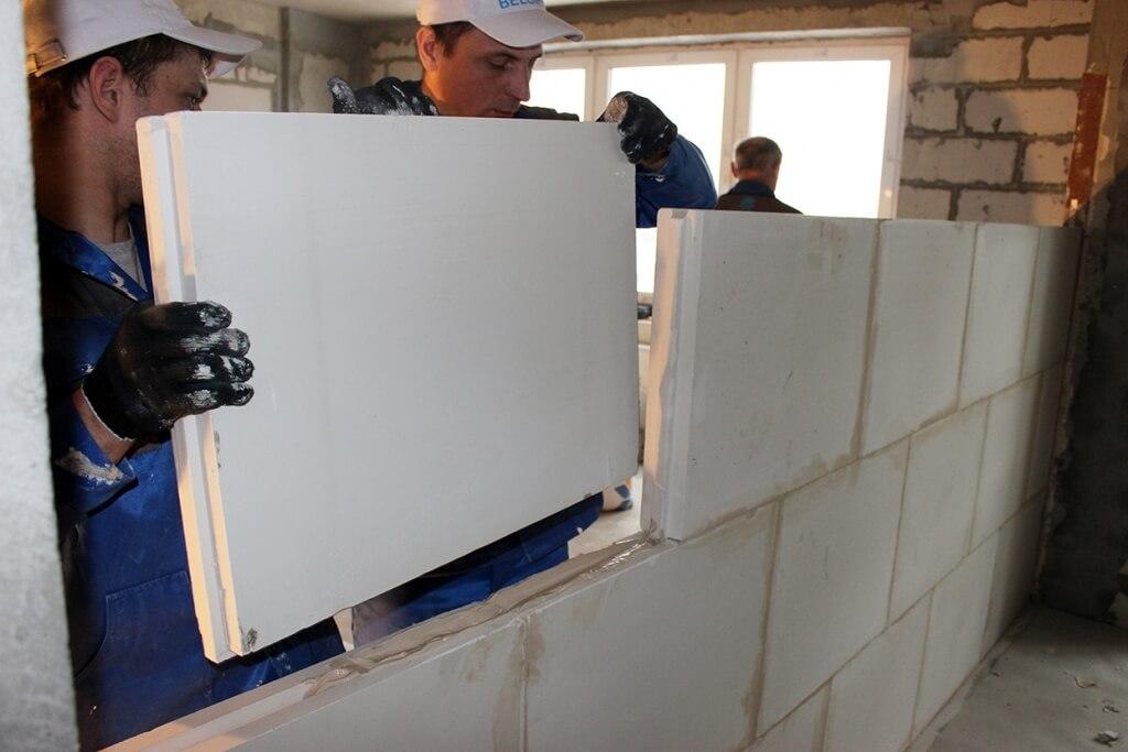 На фото: Пазогребневые плиты для перегородок (ПГП)