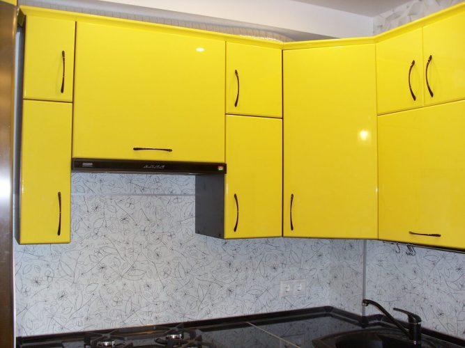 На фото: верхние ящики кухонного гарнитура