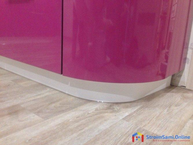 На фото: угловой ящик кухни с радиусом и пластиковый цоколь