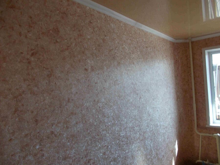 На фото: жидкие обои для стен в интерьере комнаты