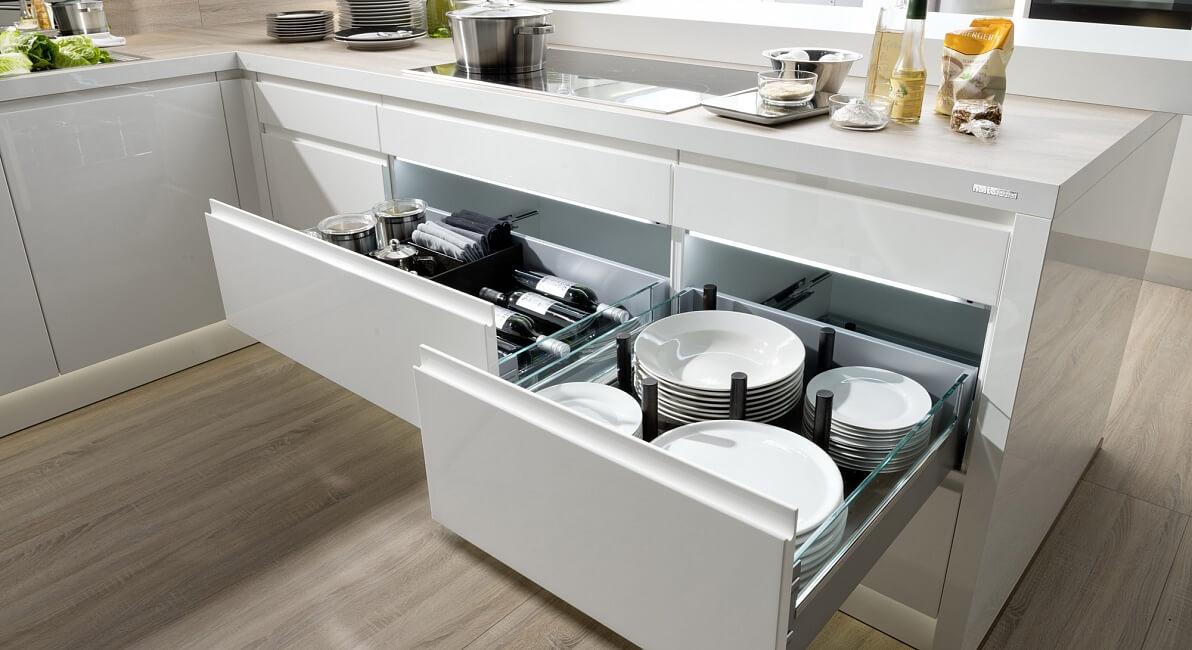 На фото: выдвижные ящики на кухне