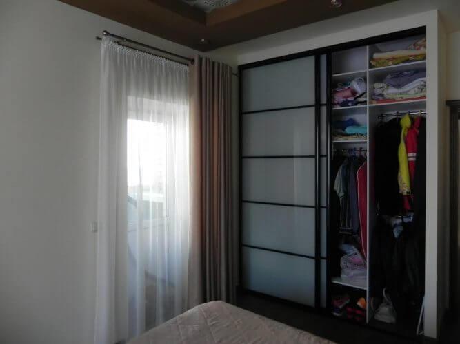 На фото: встроенный шкаф-купе (внутреннее наполнение