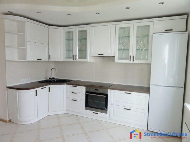 На фото: белая кухня