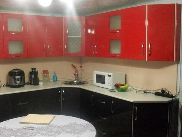 На фото: угловая кухня и расположенные на ней кухонные бытовые электроприборы