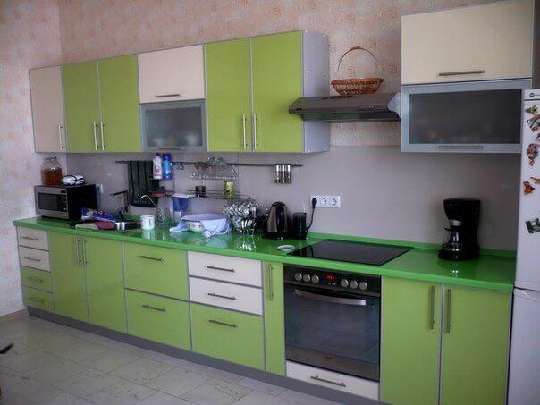 На фото: кухня, разделенная с обеденной зоной барной стойкой