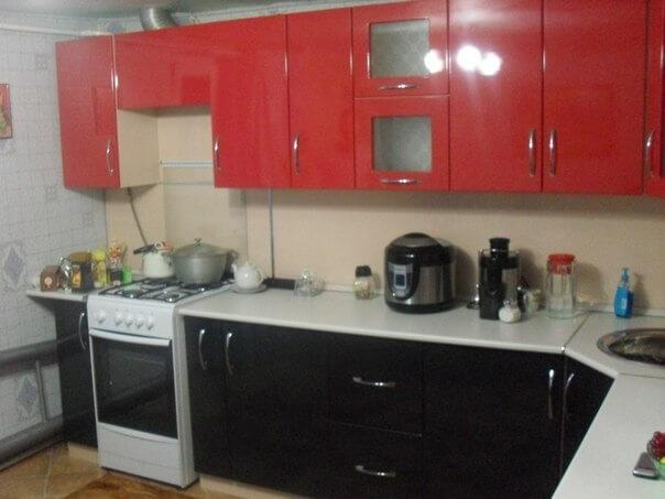 На фото: кухня и бытовая техника