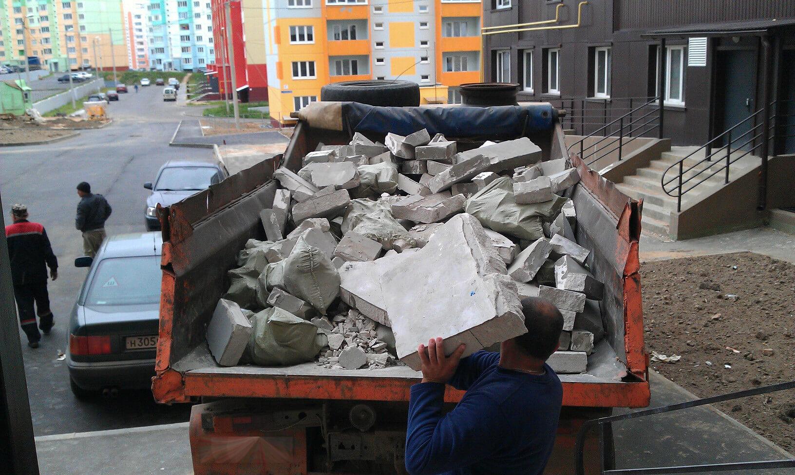 Вывоз строительного мусора: кто должен его выполнять?