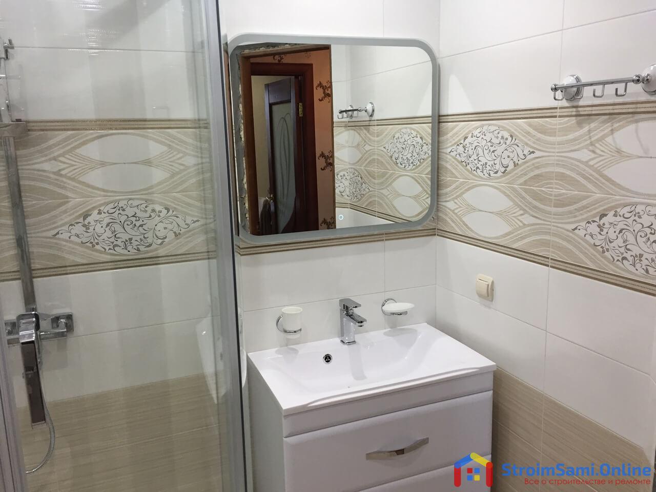 На фото: умывальник в ванной с навесным зеркалом