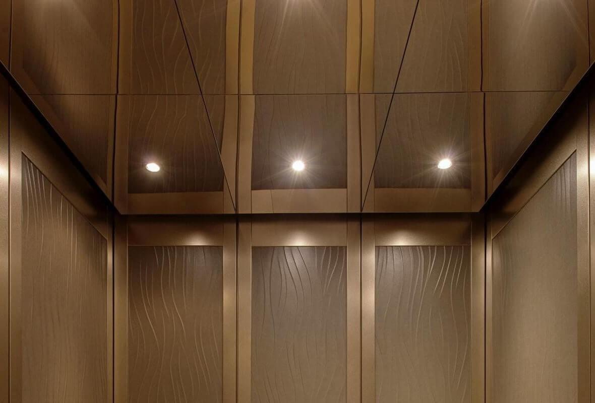 На фото: потолок из зеркальных панелей ПВХ