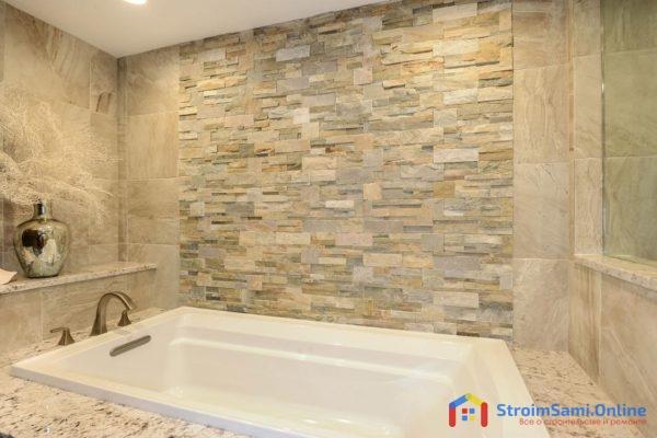 На фото: отделка стен в ванной декоративным камнем