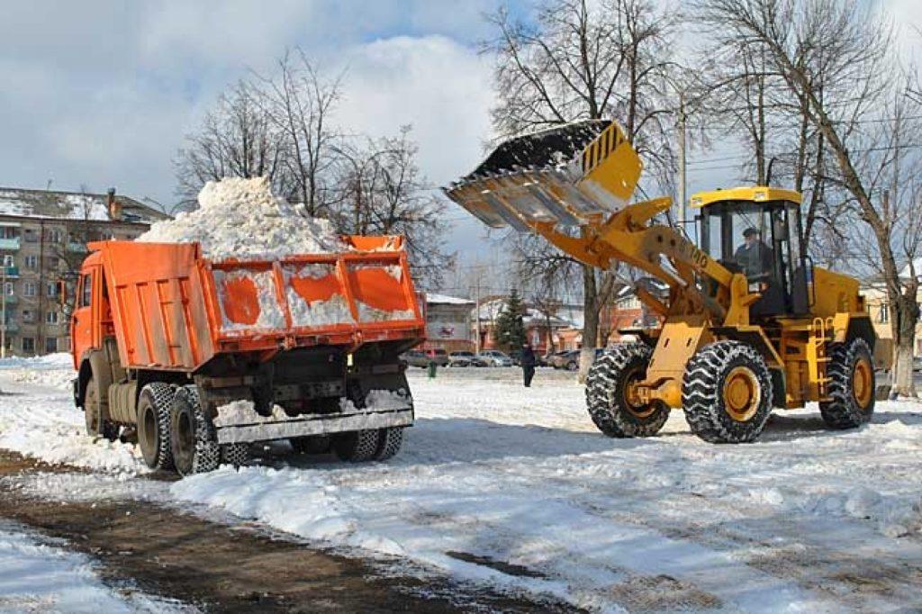 На фото: вывоз снега КамАЗом