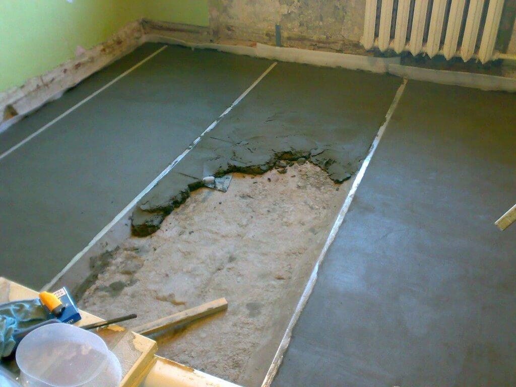 На фото: заливка пола бетонной стяжкой