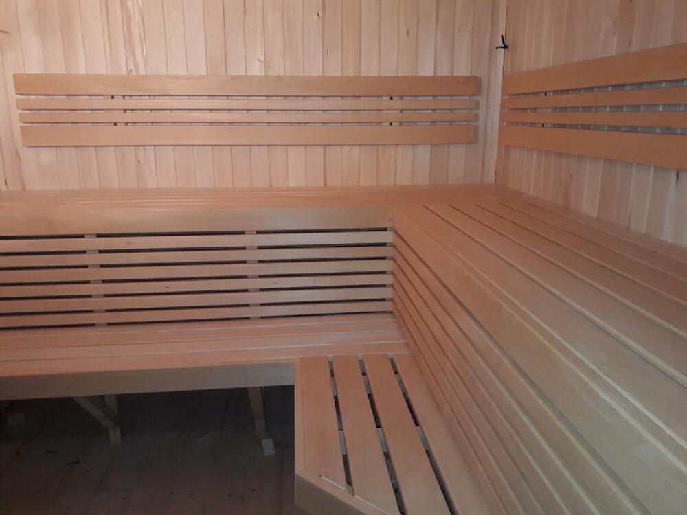 На фото: баня, отделанная изнутри вагонкой из липы