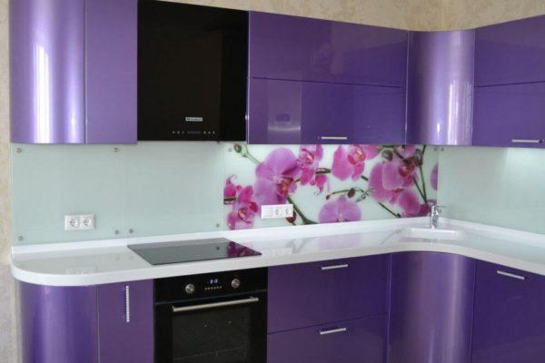 На фото: кухня с радиусными фасадами
