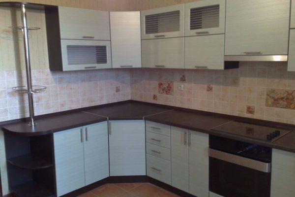 На фото: угловая кухня с нижним радиусным фасадом